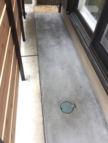向日市で中古住宅を購入してリノベーション。リフォーム後の玄関横の自転車置き場です。砂だった地面をコンクリートにしました。雨でも靴が汚れずに自転車を止めることが出来ます。