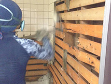 大山崎町の浴室・洗面室リフォーム。浴室を解体しているところです。タイルをガンガン割っています。