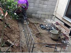 西京区のキッチン増築リフォーム。裏庭です。樹木を移動させて、そこへキッチンを増築します。基礎を作る準備をしています。