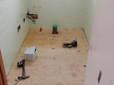 長岡京市のトイレリフォーム。トイレの床を張替中です。トイレ入り口の段差を無くしてバリアフリーに。