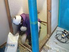長岡京市のライオンホームでトイレリフォーム。トイレの柱を残して、壁と床と天井を解体しました。