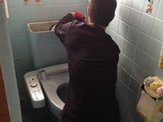 大山崎町のトイレリフォーム。トイレをていねいに取り外してるところです。