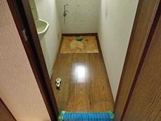 長岡京市のトイレリフォーム。トイレの便器を外したところ。床が染みだらけでした。