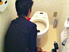 長岡京市のトイレリフォーム。古い便器を取り外しています。