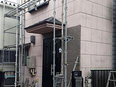 西京区の外壁塗装リフォーム。足場を組み立てています。安全に良い仕事をする為に足場は必要です。