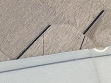 長岡京市の屋根外壁塗装リフォーム。リフォーム前の屋根です。カラーベストにヒビが入っています。