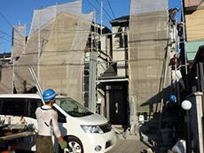 長岡京市の外壁屋根塗装リフォーム。足場を組み立て、塗料が飛散しないようにメッシュシートを張りました。
