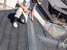 長岡京市の屋根外壁塗装リフォーム。屋根を洗浄する前に、汚れや付着物を除去しています。