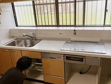 ライオンホームでキッチンリフォーム。キッチンの天板を外すために、一旦水道を外します。