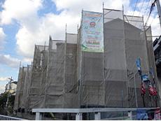 大山崎町の外壁塗装リフォーム。まずは3軒の前面に足場を組み立てました。