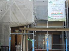 長岡京市の屋根外壁塗装リフォーム。まずは足場を組み立てています。安心安全に良い仕事をする為に不可欠です。