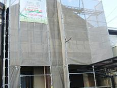 長岡京市の屋根外壁塗装リフォーム。足場を組み立て、塗料が飛散しないようにメッシュシートを張りました。