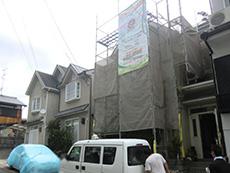向日市の外壁塗装リフォーム。外壁の足場を組み立てています。