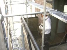 大山崎町で外壁塗装リフォーム。高圧洗浄で壁のほこりや汚れを落としています。