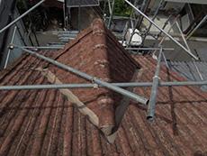 長岡京市の外壁屋根塗装リフォーム。屋根が急勾配なので、屋根の上にも足場が必要です。