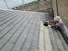 長岡京市の屋根外壁塗装リフォーム。屋根塗装の1回目は、塗料の密着性を上げる接着剤のような下塗り材を塗ります。