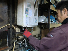 ライオンホームの湯沸かし器給湯専用リフォーム。接続されているすべての配管を取り外しています。