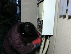 ライオンホームの給湯器交換リフォーム。給湯器に接続されている配管を全て取り外します。