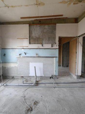 大山崎町の円団団地リノベーション。部屋の中の床をめくり壁を取り払って解体した状態です。床下にあった配管や天井からの電気線などが丸見えになっています。