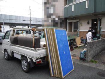大山崎町のリビングリノベーション。外のトラックに古い畳を積んでいます。工事に入る準備で、和室の畳を外したりキッチンを解体したりします。