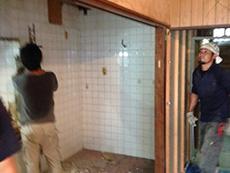 ライオンホームでキッチンリノベーション。キッチンを解体して取り外しました。キッチンの壁は白のタイルです。