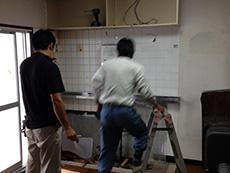 長岡京市の中古マンションリノベーション。キッチンを解体中です。