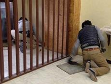 ライオンホームの店舗改装リフォーム。工事にかかります。まず床のタイルを全て剥がします。
