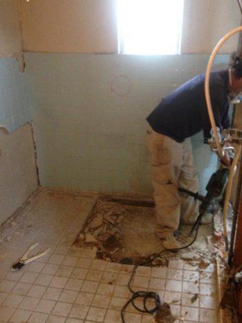 長岡京市のお風呂浴室リフォーム。浴槽を外しました。床と壁の解体にとりかかります。