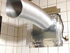 大山崎町の換気扇リフォーム。アルミダクトを取り付けているところです。