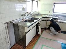 大山崎町のキッチンリフォーム。キッチンを取り外しています。