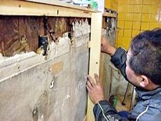 大山崎町のキッチンリフォーム。新しいキッチンを付ける為の下地を、大工さんが作っている様子です。