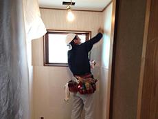 長岡京市のトイレリフォーム。トイレの壁にクロスを貼っています。