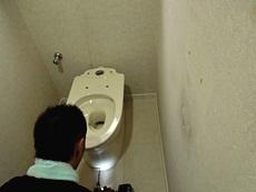 長岡京市のトイレリフォーム。新しい便器を取り付けます。