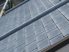 長岡京市の屋根外壁塗装リフォーム。急勾配の屋根にも足場を立てました。