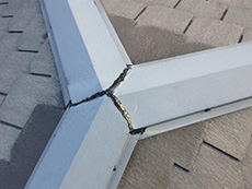 長岡京市の屋根外壁塗装リフォーム。リフォーム前の屋根の板金です。隙間が空いていて雨漏りにつながりそうだったので、塗装前に補修しました。必ず補修してから工事に取り掛かります。