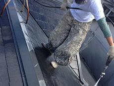 長岡京市の屋根外壁塗装リフォーム。屋根の汚れやコケを高圧洗浄機で洗っています。塗料の付着を高める大事な作業です。