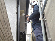 長岡京市の外壁塗装とバルコニー増築リフォーム。。高圧洗浄機で外壁の汚れを落としています。塗料の付着を高める為の大事な作業です。