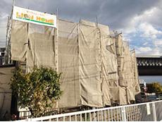 大山崎町の外壁塗装リフォーム。足場の周りには、洗浄水や塗料が飛び散らないようにメッシュシートを張っています。