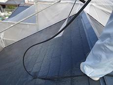 長岡京市の屋根外壁塗装リフォーム。屋根の汚れやコケを高圧洗浄機で洗い流しているところです。