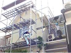 向日市の外壁塗装リフォーム。安全にしっかりした作業が出来るように足場が必要です。