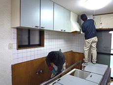 大山崎町の水廻りリフォーム。キッチンをひとつずつ取り外して解体しています。