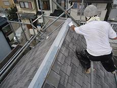 向日市の屋根塗装リフォーム。劣化した塗膜が高圧洗浄で流されて、白くなった屋根です。