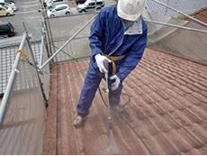 長岡京市の外壁屋根塗装リフォーム。屋根を高圧洗浄中です。モニエル瓦は、長年の汚れとスラリー層を落とすことがとても重要です。