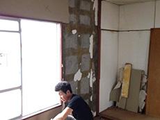 長岡京市の中古マンションリノベーション。和室の壁の白いクロスを剥がしています。