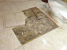 ライオンホームの店舗改装リフォーム。床のタイルをめくると、下地はボロボロでした。