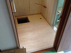 ライオンホームの洗面台リフォーム。古い洗面台を撤去して、床のタイルもめくりました。