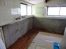 大山崎町のキッチンリフォーム。キッチンを取り外したので、ガス管の飛び出した壁が剥き出しになりました。