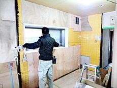 大山崎町のキッチンリフォーム。以前と同じ場所に、新しいキッチンを組み立てて取り付けていきます。