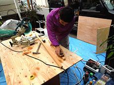 長岡京市のライオンホームでトイレリフォーム。大工さんが木材に鉋をかけています。床と天井、壁をすべて新しく作りました。