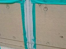 長岡京市の屋根外壁塗装リフォーム。外壁の目地は家を守る大事な場所です。目地のコーキングをはがし、新しく打ち替えます。